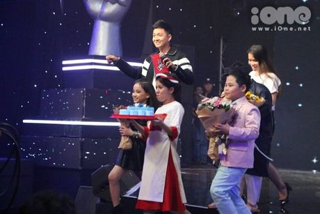 HLV The Voice Kids dua nhau tang kep toc dieu da cho Vu Cat Tuong - Anh 1