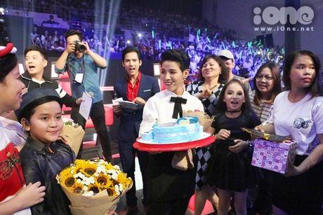 HLV The Voice Kids dua nhau tang kep toc dieu da cho Vu Cat Tuong - Anh 2