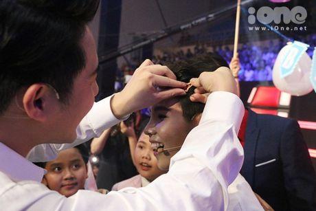 HLV The Voice Kids dua nhau tang kep toc dieu da cho Vu Cat Tuong - Anh 4