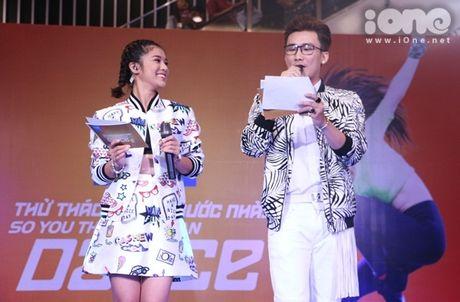 Hoang Thuy Linh dien do sieu goi cam, keo ao che chan truoc fan nam - Anh 11