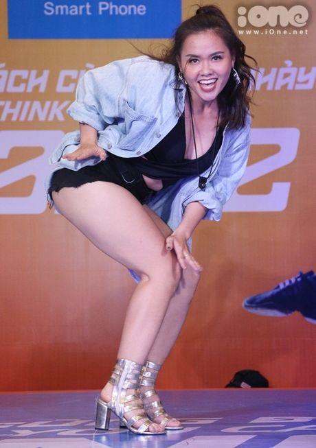 Hoang Thuy Linh dien do sieu goi cam, keo ao che chan truoc fan nam - Anh 13