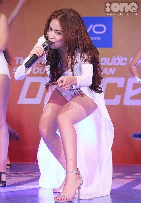 Hoang Thuy Linh dien do sieu goi cam, keo ao che chan truoc fan nam - Anh 4