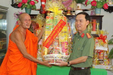 Cong an TP Can Tho tang qua nhan dip le Sene Dolta - Anh 1