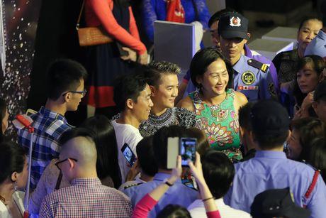Vu Hoang Viet va nguoi tinh U60 tinh tu di xem show cua Mr. Dam - Anh 3