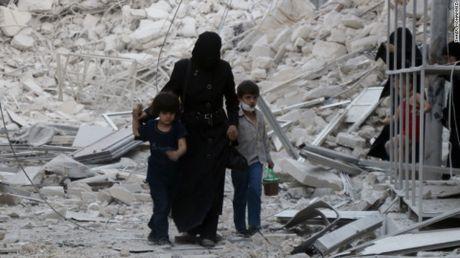 Aleppo cua Syria lai bi khong kich va tan cong bang bom thung - Anh 1