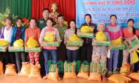 Tang 300 suat qua cho nguoi ngheo, gia dinh chinh sach xa Dak Ru - Anh 1