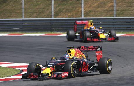 Xe boc chay khien Hamilton bo cuoc tai Malaysian GP - Anh 11