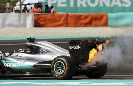 Xe boc chay khien Hamilton bo cuoc tai Malaysian GP - Anh 3