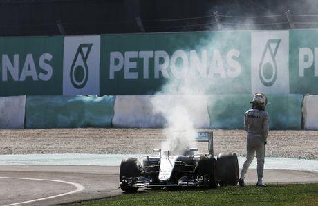 Xe boc chay khien Hamilton bo cuoc tai Malaysian GP - Anh 4
