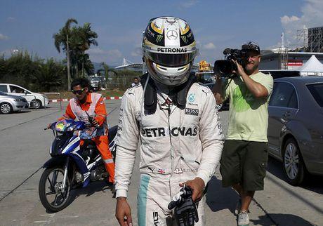 Xe boc chay khien Hamilton bo cuoc tai Malaysian GP - Anh 6