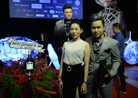 Dan sao Vpop tap nap xem live show Dam Vinh Hung - Anh 2