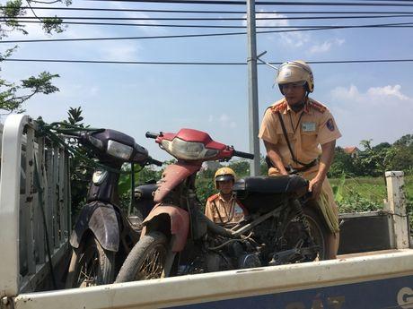 Xe cho cong kenh vung ven chay tan loan khi gap CSGT - Anh 6