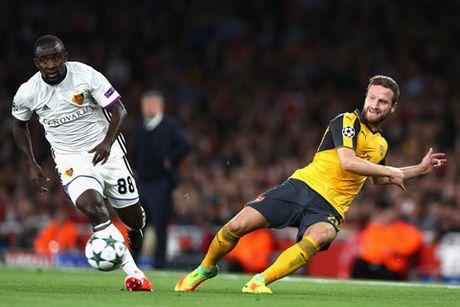 Arsenal se 'thuan hoa' su hoang dai cua Burnley boi Mustafi? - Anh 1