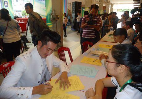 Ca si Nguyen Phi Hung dang ky hien tang - Anh 1