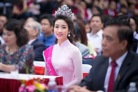 Hoa hau Do My Linh cat toc ngan, khoe nhan sac rang ro - Anh 10