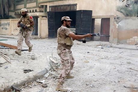 Quan doi Libya tieu diet hang chuc tay sung IS o thanh pho Sirte - Anh 1