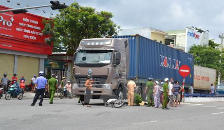 Xe may bi cuon vao gam container lam hai phu nu thuong vong - Anh 1