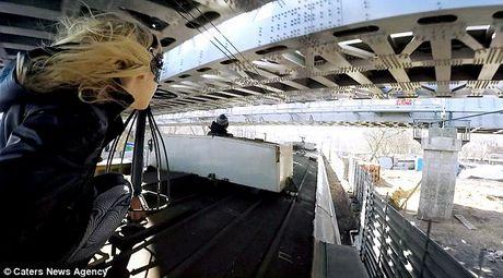 Video thieu nu 'nguoi doi' xinh dep luot tren noc tau o Nga - Anh 1