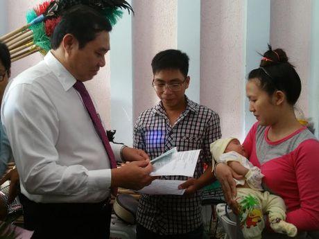 Da Nang: Den tan nha trao giay khai sinh cho tre moi ra doi - Anh 1