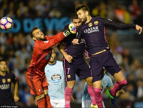 Gerard Pique lap cu dup, Barca van thua soc Celta Vigo - Anh 1