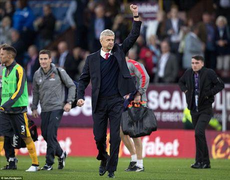 Burnley 0-1 Arsenal: 'Ban tay vang' cua Koscielny - Anh 1