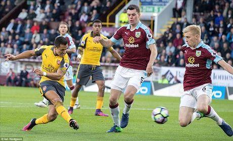 Burnley 0-1 Arsenal: 'Ban tay vang' cua Koscielny - Anh 2