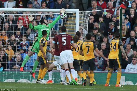 Burnley 0-1 Arsenal: 'Ban tay vang' cua Koscielny - Anh 3