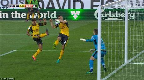 Burnley 0-1 Arsenal: 'Ban tay vang' cua Koscielny - Anh 4