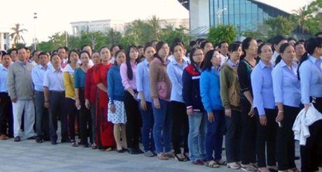Tren Quang truong Hung Vuong TP. Bac Lieu: Lanh dao, can bo tinh Bac Lieu cung thuc hien Le chao co tap trung - Anh 2