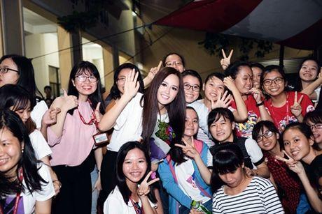 "Mai Phuong Thuy bi vay giua ""rung"" nguoi ham mo - Anh 1"