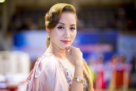 Khanh Thi khoe kheo dong ho 500 trieu Phan Hien tang - Anh 3