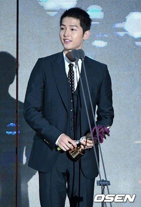 Song Hye Kyo vang bong, Song Joong Ki nhan giai thuong lon - Anh 3