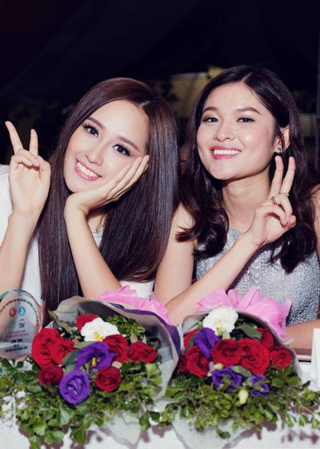 Hoa hau Mai Phuong Thuy bi vay kin khi lam dai su tu thien - Anh 3