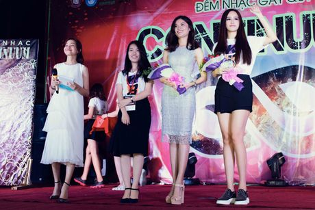 Hoa hau Mai Phuong Thuy bi vay kin khi lam dai su tu thien - Anh 5