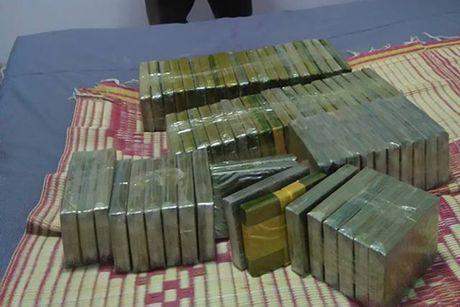 Bat 5 doi tuong van chuyen 72 banh heroin - Anh 2