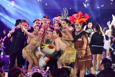 Dam Vinh Hung hanh phuc khi duoc fan to chuc sinh nhat ngay trong Diamond Show - Anh 3
