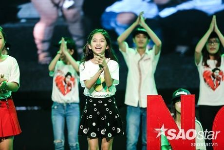 Noo Phuoc Thinh cam dong suyt khoc truoc mon qua dac biet cua Top 6 The Voice Kids va cac fan - Anh 7