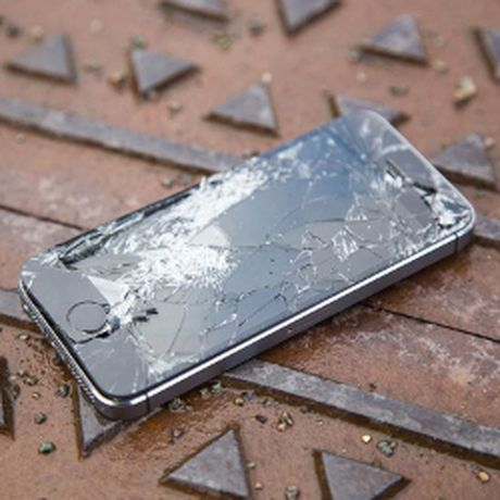 Khong duoc Apple hoan tien, vao cua hang dap nat iPhone - Anh 1