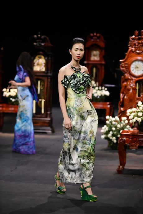 Nguoi mau mac trang phuc theu chi vang tren san dien Viet - Anh 12