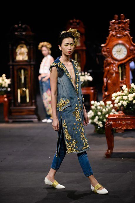 Nguoi mau mac trang phuc theu chi vang tren san dien Viet - Anh 1