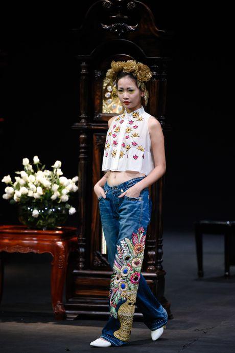 Nguoi mau mac trang phuc theu chi vang tren san dien Viet - Anh 2