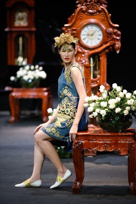Nguoi mau mac trang phuc theu chi vang tren san dien Viet - Anh 4