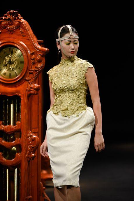 Nguoi mau mac trang phuc theu chi vang tren san dien Viet - Anh 7