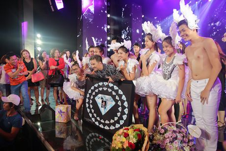 Mr. Dam duoc to chuc sinh nhat ngay trong liveshow - Anh 5