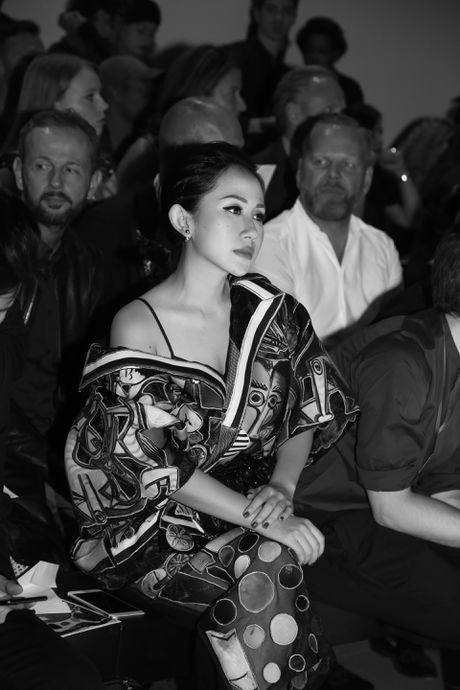 Tram Nguyen hoi ngo hai chan dai Viet o Paris Fashion Week - Anh 1