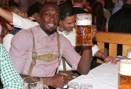 Sao Bayern va dan WAGs 'do' bia voi Usain Bolt - Anh 1