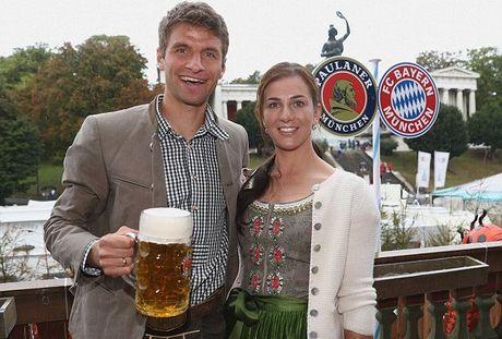 Sao Bayern va dan WAGs 'do' bia voi Usain Bolt - Anh 4