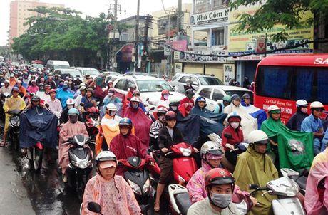 TPHCM: Sang dau tuan, dan khon kho dam mua - Anh 1