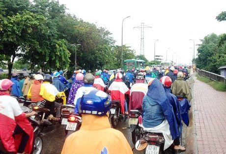 TPHCM: Sang dau tuan, dan khon kho dam mua - Anh 2