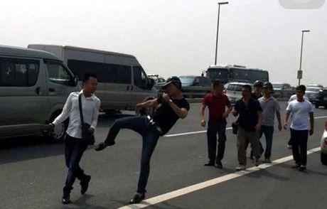 Bao Tuoi tre de nghi Bo cong an xem xet vu danh phong vien - Anh 1